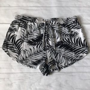 🍄Kendall & Kylie size small black white shorts